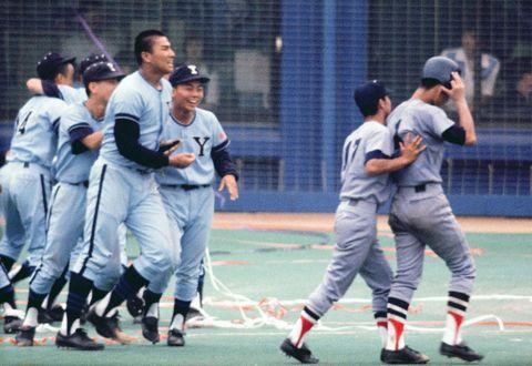 神奈川大会決勝。横浜の2年生エース愛甲(右端)は横浜商の宮城(左から3人目)との投げ合いに敗れ、肩を落とす=1979年7月29日、横浜スタジアム