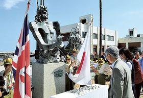 三浦按針の胸像に献花する出席者=伊東市の按針メモリアルパーク