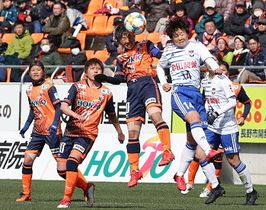 AC長野−新潟 後半、新潟MFと競り合うAC長野・横山(中央左)。後方は左から五嶋、大久保