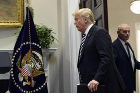 11月、ホワイトハウスでのケリー首席補佐官(右)とトランプ大統領=ワシントン(AP=共同)