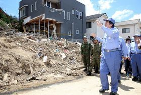 広島県熊野町の土砂崩れ現場を視察する安倍首相=21日午後(代表撮影)