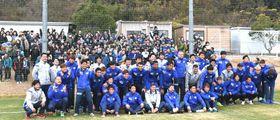ファンと記念撮影する選手たち=徳島スポーツビレッジ