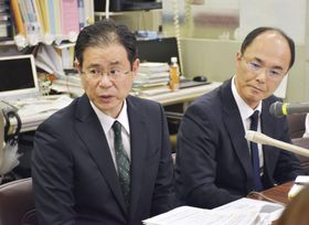記者会見する東日本銀行の酒井隆常務(左)ら=13日午後、東京都中央区