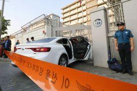 25日、ソウルの米大使館の門に突っ込んだ車(聯合=共同)