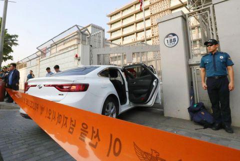 米大使館の門に車突っ込む