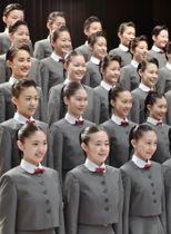 宝塚音楽学校の入学式で記念写真に納まる新入生=17日午前、兵庫県宝塚市