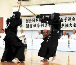 県剣道選手権決勝 千田(右)が小松を攻める