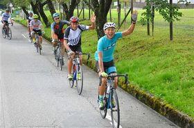 富士山御殿場口新5合目を目指して走行するサイクリスト=御殿場市