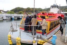 初のツアー利用で「遊友松浦つばき号」に乗り込む旅行客=松浦市、福島港