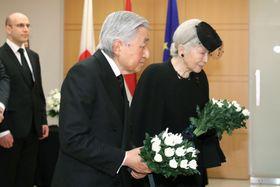 弔問のためルクセンブルク大使館を訪れ、供花される天皇、皇后両陛下=25日午前、東京都千代田区(代表撮影)