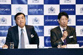 21日にハウステンボスの社長から代表権のない会長に退いた沢田秀雄氏(左)。右は後任に就いた坂口克彦社長=15日、長崎県佐世保市