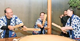 本番に向けて練習に励む(左から)野間善晴さん、桑原正樹さん、坂本幸枝さん