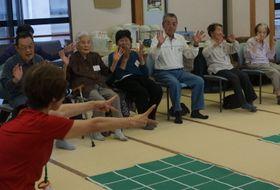 「生きがい教室」で、椅子に座って軽運動に取り組む高齢者=佐々町総合福祉センター