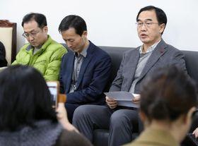 ソウルの韓国政府庁舎で、北朝鮮の視察団訪問中止について記者団に説明する趙明均統一相(右)=20日(聯合=共同)