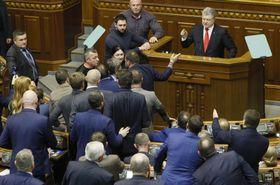 26日、ウクライナ最高会議で発言するポロシェンコ大統領(右上)(ロイター=共同)