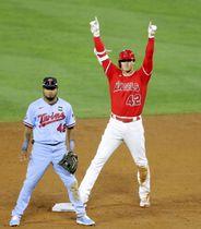 ツインズ戦の6回、中前打で三塁への送球の間に二進し、塁上でポーズをとるエンゼルス・大谷=アナハイム(共同)