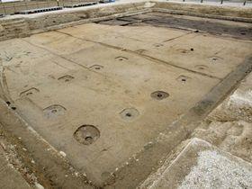 長岡京跡で見つかった掘っ立て柱建物跡=京都市(京都平安文化財提供)
