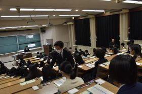 試験の開始を待つ受験生=水戸市文京