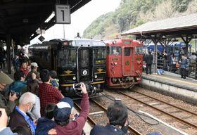 JR人吉駅に勢ぞろいした「いさぶろう・しんぺい」(中央)などの観光列車=熊本県人吉市
