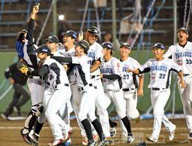 逆転で香川を下し、日本一を喜ぶダイヤモンドペガサスナイン=前橋市民球場
