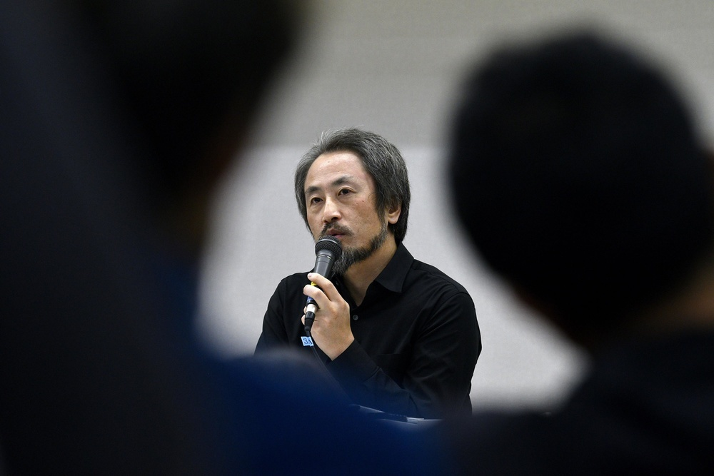 シンポジウムで発言する安田純平さん=2018年12月26日、東京都文京区