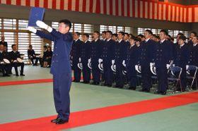宣誓を読み上げる柿本さん(左)=舞鶴市長浜・海上保安学校