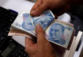 トルコリラ紙幣を数える最大都市イスタンブールの両替商=2日(ロイター=共同)