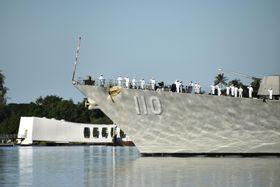 戦艦アリゾナの記念館付近で敬礼する米駆逐艦の乗組員ら=7日、米ハワイ(共同)