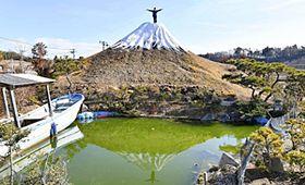 霊峰現る!自宅庭に11メートル「富士山」