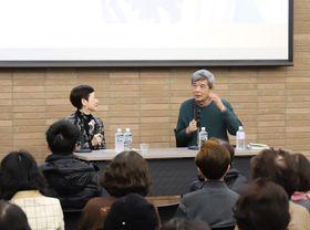 市川さんとの思い出を語る森本さん(右)と柴田さん=大村市、ミライon図書館