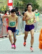 男子の広島国際学院の3区吉田周(右)からたすきを受け、走りだす4区岩田