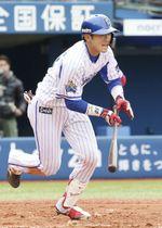 4回、右前に勝ち越し打を放つDeNA・山本=横浜