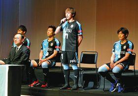 新加入のあいさつをする斎藤学選手(右から2人目)=川崎区で