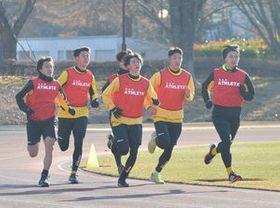 初日から強度の高いランメニューをこなす栃木SCの選手たち=宇都宮市河内総合運動公園陸上競技場