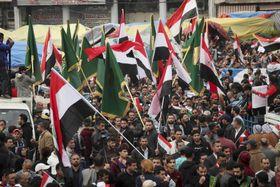 6日、イラクの首都バグダッドの広場に集まったデモ隊(AP=共同)