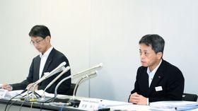 7月のダイヤ修正について説明するJR九州の古宮洋二・常務取締役鉄道事業本部長(右)=福岡市