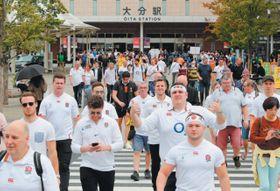 W杯観戦で来県した多くの外国人客らが歩く大分市のJR大分駅周辺=19日午前10時35分