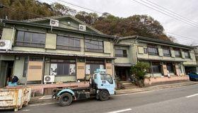 「月と海」への改装作業が進む「いけす料理旅館 恵美」跡=長崎市茂木町