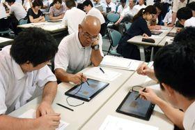 タブレット端末などのICT機器を使い、長方形の面積の公式を用いた因数分解の方法を考えた模擬授業=熊本市中央区