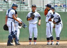 2回、マウンドに集まり古内投手(中央)を励ます栃工ナイン=埼玉県営大宮公園野球場