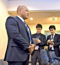 スタッフミーティングを終えて取材に応じるラミレス監督=横浜市中区