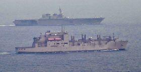 安保関連法に基づく「武器等防護」のため、米海軍補給艦(手前)と共に航行する海上自衛隊の護衛艦「いずも」=2017年5月、伊豆諸島・神津島沖