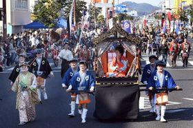 さまざまな時代の装いで通りを練り歩く「薩摩川内大歴史絵巻行列」=薩摩川内市大小路町
