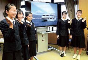 バスツアーを企画した静岡市立東中の生徒たち=23日午後、静岡市役所静岡庁舎