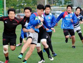 全国大会初戦を控え、同じ近畿地区の文の里クラブとの実戦練習で汗を流す六甲FBの選手たち=神戸市東灘区、カネディアン・アカデミイ