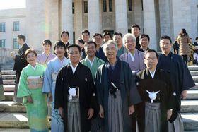 着物姿で記念撮影に納まる与野党の京滋選出国会議員たち(東京都千代田区)