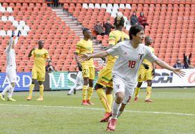 日本―マリ 試合終了間際、同点ゴールを決め駆けだす中島(18)=リエージュ(共同)