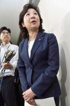 記者団の取材に応じる野田総務相=19日午前、総務省