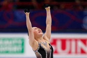 世界フィギュア女子フリー、両手を突き上げる樋口新葉=23日、ミラノ(ロイター=共同)