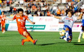 【愛媛FC―新潟】後半、シュートを放つ愛媛FC・近藤=ニンスタ